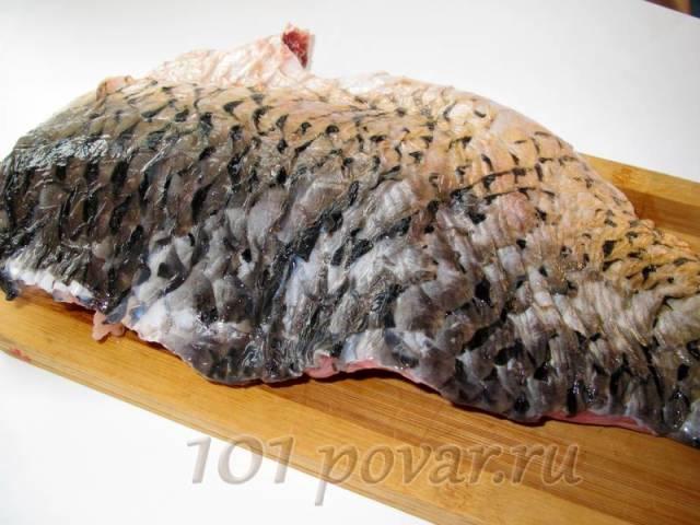 Первый этап - самый сложный и малоприятный: рыбу необходимо очистить от лузги и потрохов (не забудьте снять черную пленку с внутренней стороны брюшка)...