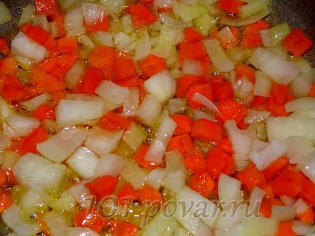 Очищаем все подготовленные овощи и тщательно промываем их под краном в воде...