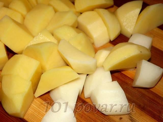 В это время нарезаем картофель на средние кубики и добавляем к размягченным овощам.