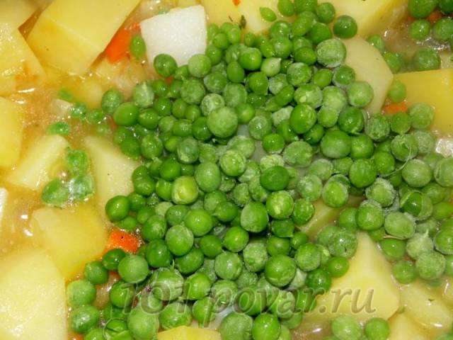 Заливаем стаканом кипятка и добавляем зеленый горошек.