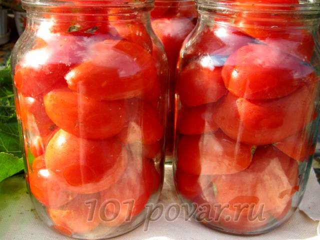Есть один момент - самый важный: помидоры нужно разрезать пополам. Выкладывать в банки их следует разрезами вниз.
