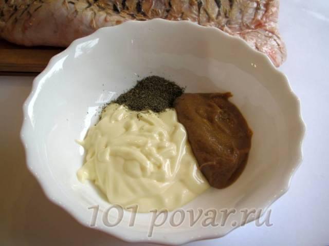 Подготовить соус, в котором - вся изюминка: смешать майонез с горчицей и сухим укропом и перемешать