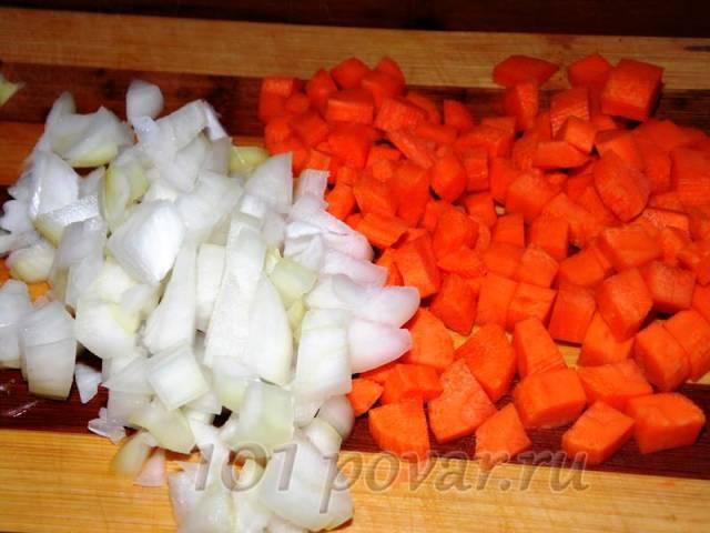 Морковь с луком нарезаем небольшими кубиками, а картофель - более крупными