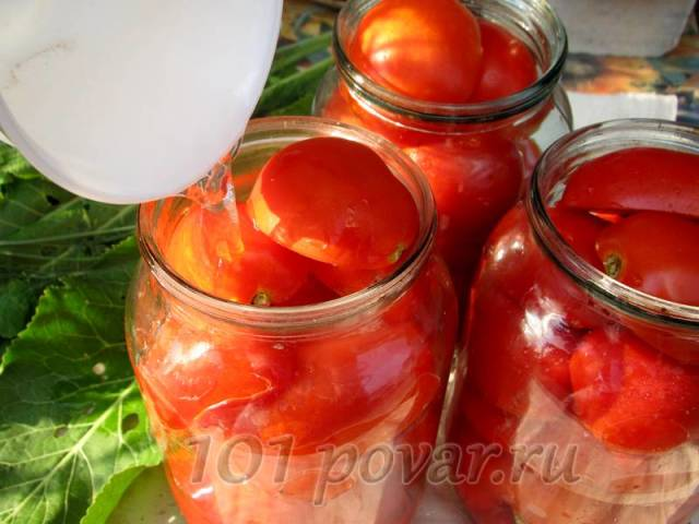 Залить помидоры в банках кипящим маринадом.