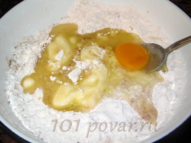 Ввести в муку куриное яйцо и медово-масляную смесь.