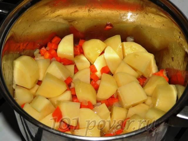 Добавляем нарезанный картофель и обжариваем еще минуты две