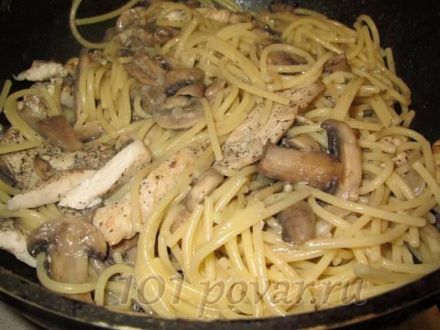 Шампиньоны обжарить с луком (шампиньоны нарезать пластинками, лук - кольцами), влить сливки и сразу же отправить к ним спагетти и обжаренные кусочки куриного филе.