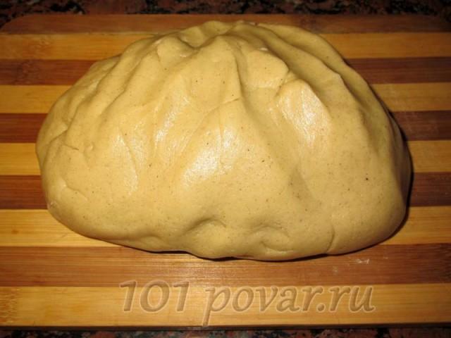 Тесто получается довольно густым, но при этом - мягкое и пружинистое, с красивым оттенком корицы.