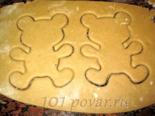 Тесто раскатать толщиной примерно в пол сантиметра и с помощью формочки выдавить фигурки.