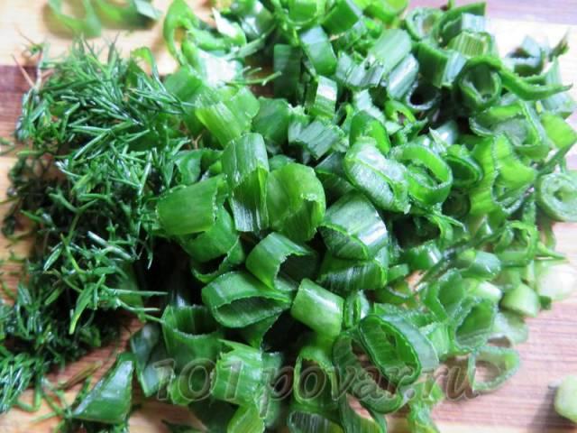 Зелень (укроп, зеленый лук, петрушку, кинзу, шпинат и т.д.) мелко порезать.