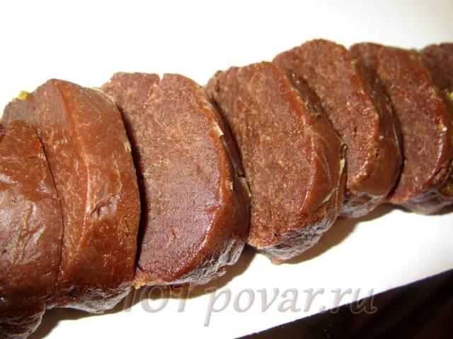Холодное тесто нарезать кружочками, толщиной до 1 см