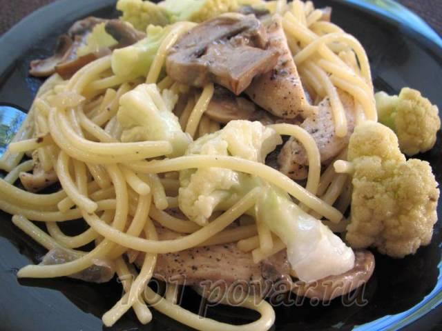 Спагетти с курицей, шампиньонами и цветной капустой