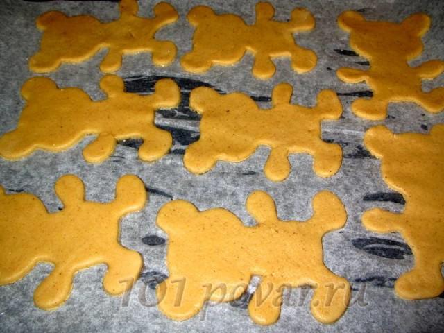 Выложить печенье на противень, застеленный пергаментной бумагой (ее смазать маслом) и отправить в разогретую духовку.