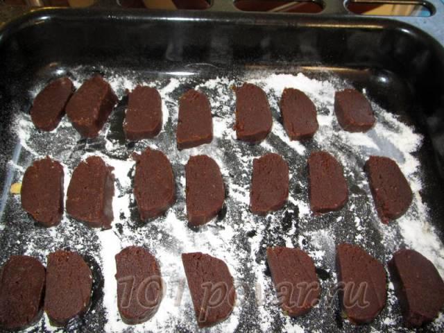 Противень посыпать мукой, выложить будущее печенье и отправить в разогретую духовку (температура 180 градусов). Засекаем время - 10 минут.