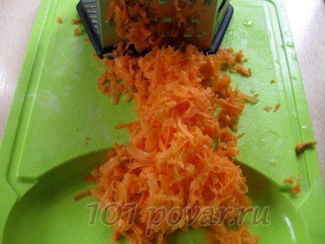 Очищаем морковку, измельчаем ее на терке.