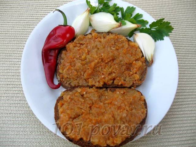 Кусочек черного хлеба с кабачковой икрой, луковичка в прикуску – ох и вкусно!!!