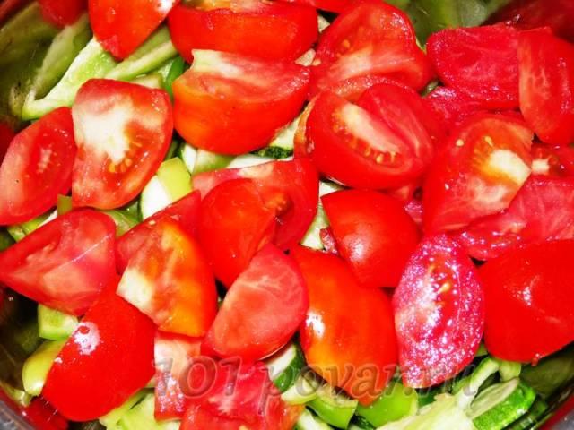 Помидоры нарезаем большими ломтями, как в свежий салат.
