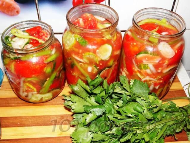 Наполняем банки овощами, плотно утрамбовывая их по плечики, и заливаем полученным соком