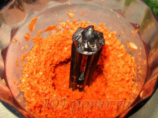 Морковь очищают, нарезают кусочками и измельчают блендером