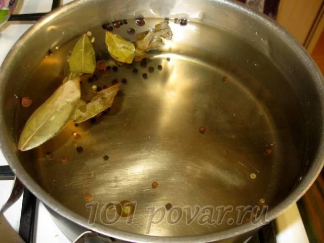 Готовим маринад: в воду добавляем сахар, соль, перец черный и душистый, лавровый лист. Доводим маринад до кипения, кипятим 10 мин.