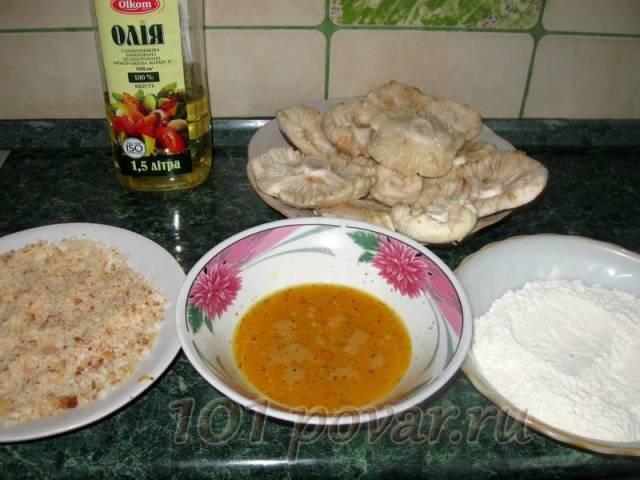 На одну тарелку выкладываем муку, в другую - взбитые яйца с молоком, солью и перцем, в третью – молотые сухари.