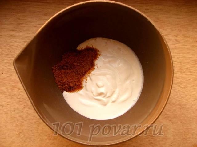 В миске (желательно глубокой) смешиваем сметану, сахар
