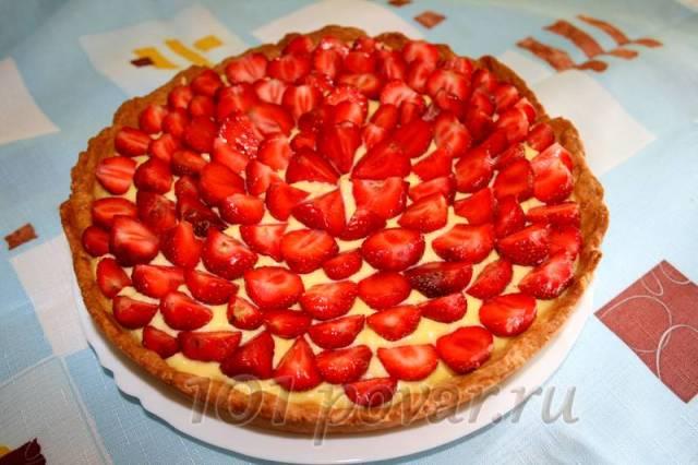 Перед подачей пирог следует посыпать сахарной пудрой.