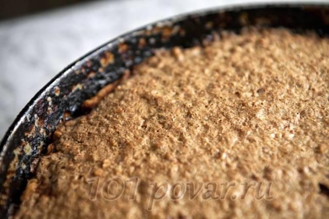 Пирог запекается в течение тридцати – сорока минут. Сверху он покрывается светло-коричневой корочкой.