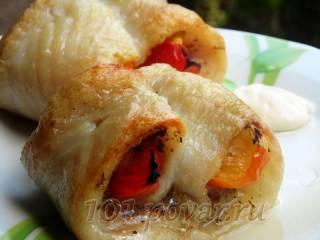 Рулетики из филе пангасиуса с помидорами и луком
