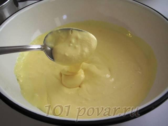 Куриные яйца взбить в пышную пену с сахаром, потом добавить в эту массу творог со сметаной и еще раз взбить, чтобы ингредиенты соединились