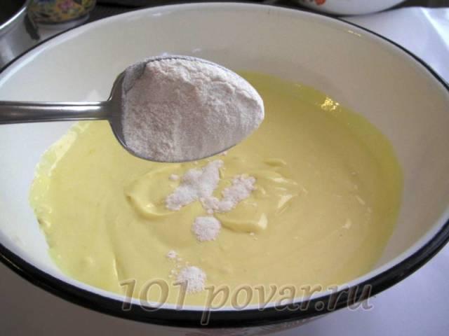 Аккуратно ввести картофельный крахмал, чтобы не получилось комочков (постоянно помешивать ложкой)