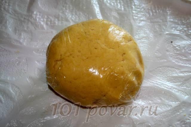 Если у вас получилось плотное тесто, добавьте 1-2 ст. ложки воды. Скатайте его в шар, оберните пищевой пленкой и положите в холодильник на 30 минут.