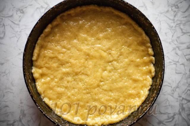 Выкладываем тесто на сковороду, формируя рукой корж с поднимающимися краями.