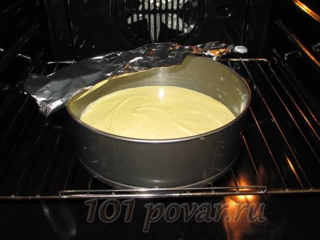 Отправить форму с творожным тесто в разогретую духовку и запекать минут 40 (при 180 градусов). Если верх начнет сильно подрумяниваться, накройте форму фольгой.