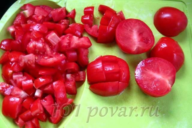 Чистые помидоры нарезаем кубиками
