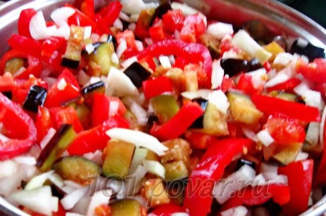 Добавляем к баклажанам измельченные помидоры, лук, перец, растительное масло, специи, измельченный горький перец (вместе с семенами).
