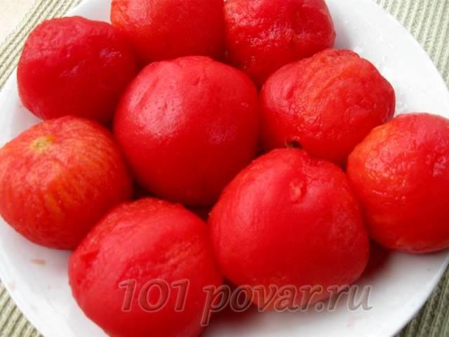 От такой процедуры кожица на помидорах растрескивается, ее легче снять.
