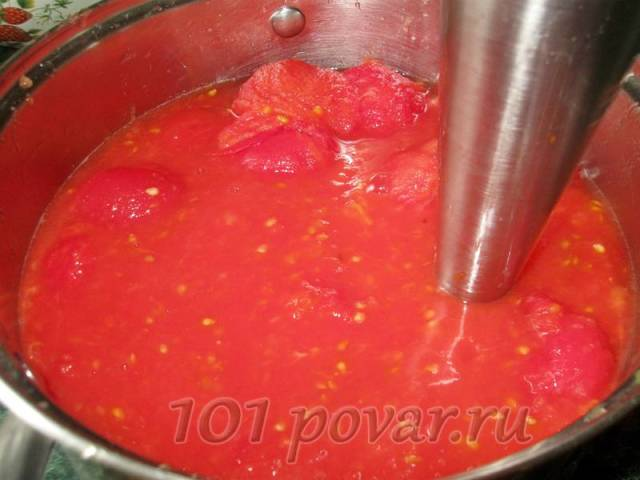 «Голые» помидоры измельчаем блендером до однородной массы.