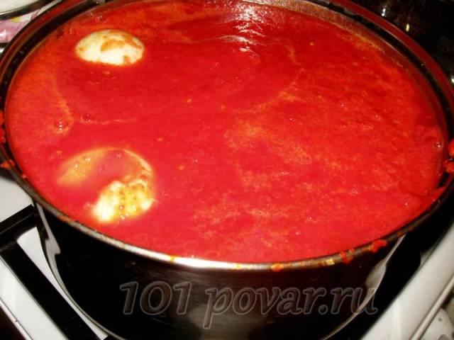 Сливаем томатное пюре и измельченный перец в одну кастрюлю, добавляем две целые луковицы