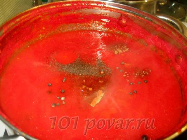 Когда смесь уварилась на ¼ объема, вынимаем луковицы, измельчаем их блендером и возвращаем в кастрюлю