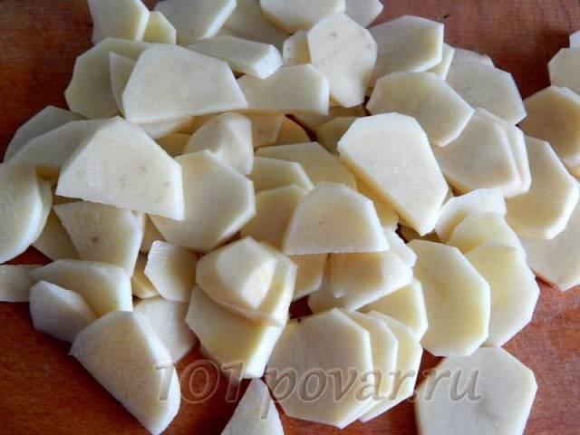 Картофель чистим, моем и режем кружочками.