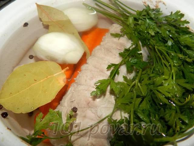 Кладем в кастрюлю с чистой водой мясо, овощи, веточки свежей зелени, лавровый лист, бросаем перец горошком. Доводим до кипения, после этого варим чуть более получаса на очень медленном огне.