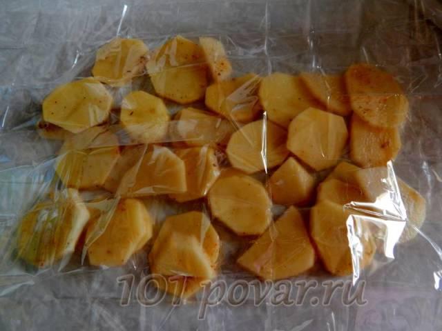 Выкладываем первым слоем картофель, не забываем его посолить
