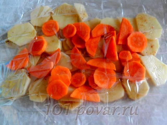 Сверху картофеля выкладываем кружочки моркови
