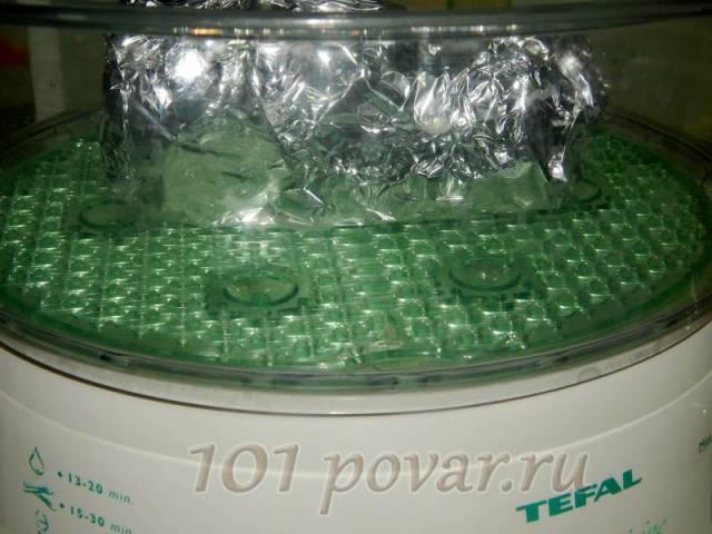 Варим свинину на пару (пароварка, мультиварка, или на паровой бане) в течение 25-30 минут.