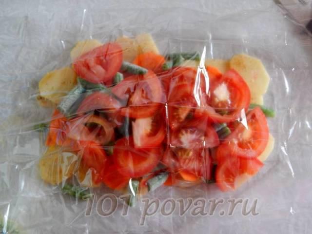 Следующим слоем выкладываем кусочки помидора