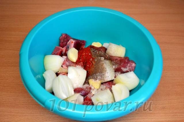 Всё обильно посыпаем пряностями и солью, а перемешав, отставляем в сторонку