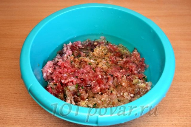 Далее перекручиваем замаринованные ингредиенты поочередно в мясорубке. Затем присоединяем стакан воды или чуть меньше.