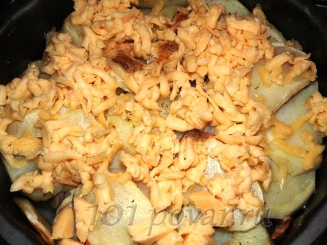 На грибы выкладываем слой лука, нарезанного кольцами. Опять накрываем все кружочками картофеля.