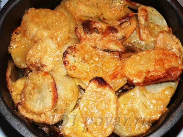 Как только прекрасный и манящий аромат вам поведает о том, что сыр уже расплавился и поджарился - запеченный картофель уже можно будет вынимать